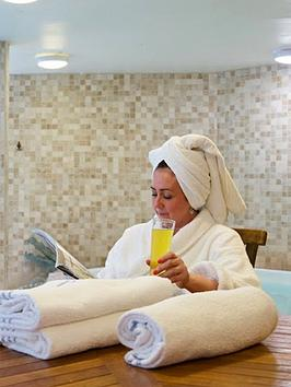 virgin-experience-days-relaxing-one-night-pamper-break-with-dinner-for-two-at-a-hallmark-hotel-in-a-choice-of-three-locations