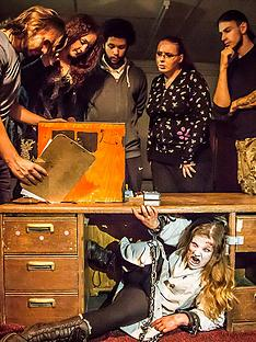 virgin-experience-days-trapped-in-a-room-with-a-zombie-escape-room-game