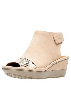 clarks-wynnmere-abie-low-wedge-sandal-sand