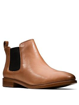 clarks-taylor-shine-wide-fit-leather-ankle-boot-tan