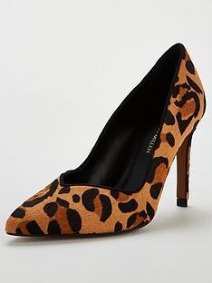 karen-millen-ella-rise-court-shoes-leopard-print