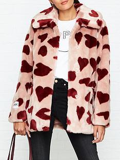 jakke-tilly-red-heart-print-faux-fur-coat-pink