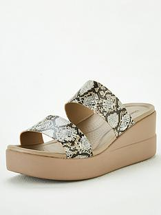 crocs-brooklyn-mid-wedge-mule-sandal-snake-print