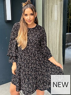 in-the-style-in-the-style-x-jac-jossanbspballoon-sleeve-tiered-smock-day-dress-black-floral-print
