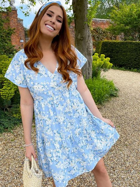 in-the-style-in-the-style-stacey-solomon-blue-floral-flippy-sleeve-tiered-day-dress
